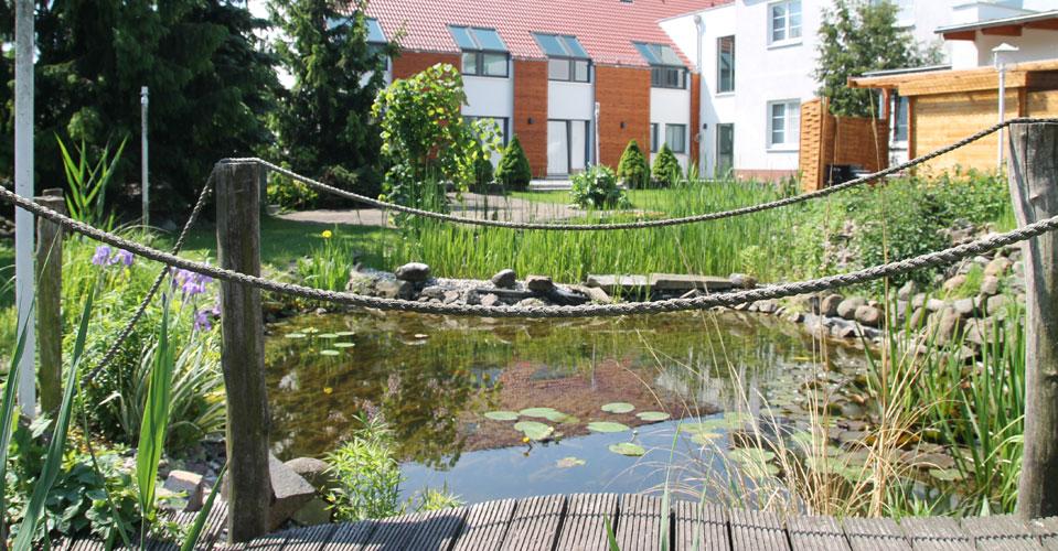 Hotelgarten mit Teichanlage